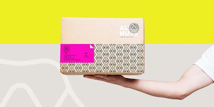 Thiết kế gói này siêu táo bạo và sử dụng màu hồng điện hoàn hảo.
