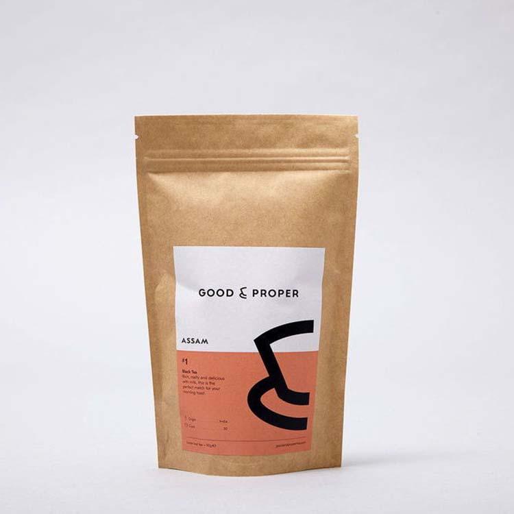 Thiết kế bao bì màu hồng nhẹ nhàng và vui tươi của thương hiệu trà Good & Proper truyền tải thông điệp về khả năng tái chế.