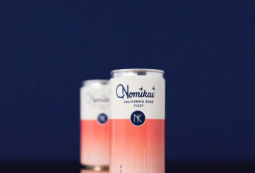 Những lon rượu và cocktail Nomikai với thiết kế bao bì đượm màu sắc hoa hồng điển hình.