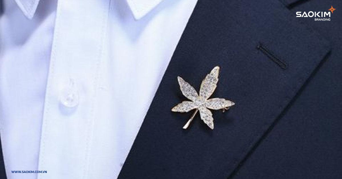 Chiếc ghim cài áo là quà tặng tết độc đáo, sang trọng phù hợp sử dụng cho các sự kiện tổng kết cuối năm, lễ tết
