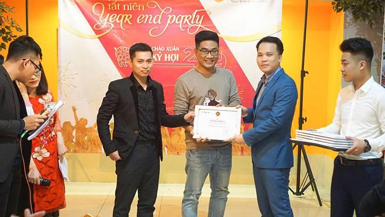 Giám đốc Sao Kim anh Nguyễn Thanh Tuấn trao phần thưởng cho các cá nhân và tập thể.