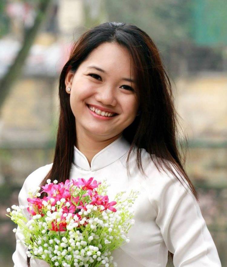 Cô nhân viên thiết kế của Sao Kim duyên dáng trong tà áo dài.